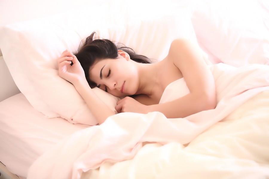 I consigli per dormire bene anche con l'afa