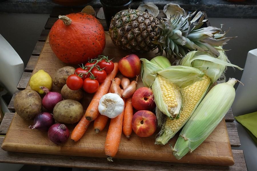 Frutta e verdura prima voce di spesa a tavola